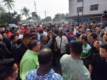 Dr Mahathir melambaikan tangan kepada orang ramai ketika hadir untuk bersarapan pagi bersama Badan-Badan Bukan Kerajaan (NGO) Pontian di Pekan Nanas hari ini. - Foto Bernama