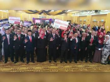 Shakib (lima dari kiri) bersama tetamu kehormat dan pemenang-pemenang anugerah pada Hari Inovasi dan Kecemerlangan Jabatan Penerangan Malaysia 2019 di Kompleks KKMM, Putrajaya kelmarin.