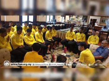 Hamidin memberi kata-kata semangat kepada para pemain negara di hotel penginapan skuad Harimau Malaya pagi tadi.