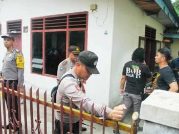 Polis menyoal siasat ahli keluarga penyerang di kediamannya di Medan, Sumatera Utara. - Foto AFP
