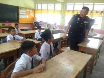 Abdul Hamid bertanyakan sesuatu kepada murid SK Jerantut.