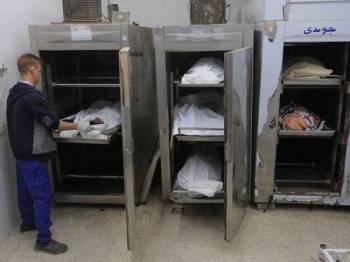 Jenazah enam beranak yang maut dalam serangan roket Israel ditempatkan di sebuah rumah mayat di tengah Gaza.