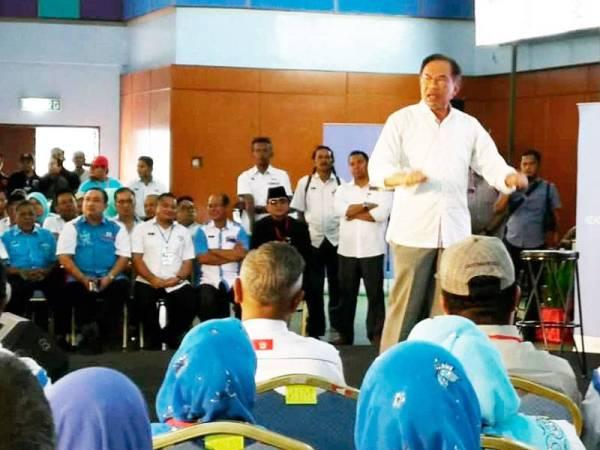 Anwar menyampaikan ucapan pada Konvensyen PKR Kelantan dan Terengganu yang berlangsung di Terengganu Equestrian Resort hari ini.