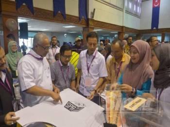 Azhar Azizan memantau petugas-petugas SPR sedang melakukan persiapan di Dewan Jubli Intan Pontian hari ini menjelang Hari Mengundi PRK Tanjung Piai esok. - Foto SHARIFUDIN ABDUL RAHIM