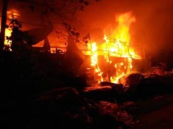 Api marak menyebabkan hampir keseluruhan kilang berkenaan musnah.