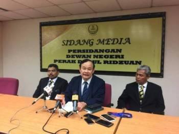 Koo Ham (tengah) pada sidang media mengenai isu kekecohan sidang DUN Perak hari ini.