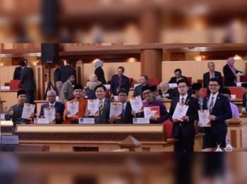Ahmad Faizal (tiga dari kanan) menunjukkan buku Belanjawan 2020 Perak sebelum dibentangkan pada Mesyuarat Ketiga, Tahun kedua Dewan Negeri ke-14 semalam.
