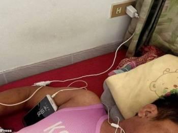 Somchai, kali terakhir dilihat pada malam Selasa, sedang berbaring atas tilam dalam biliknya sambil menonton perlawanan bola di telefon bimbitnya dengan memasang fon telinga.
