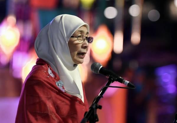 Dr Wan Azizah berucap pada Majlis Rumah Terbuka Malaysia Deepavali 2019 di Dataran Majlis Bandaraya Ipoh malam ini. -Foto Bernama
