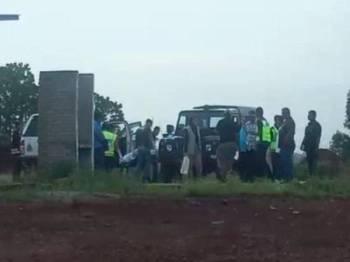 Anggota polis membawa mayat untuk dihantar ke HTAA bagi tujuan bedah siasat.