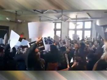 Tangkap layar video menunjukkan lebih 100 pelajar jurusan undang-undang Universiti Harvard bertindak keluar dewan ketika Dayan berucap.