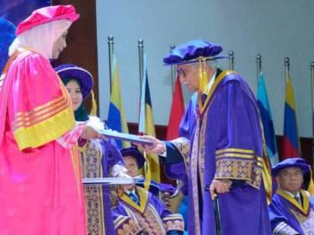 Daim (kanan) menerima Anugerah Ijazah Kehormat Doktor Ekonomi daripada Canselor Universiti Malaysia Terengganu (UMT), Sultanah Terengganu Sultanah Nur Zahirah (kiri) pada Majlis Konvokesyen UMT ke-17 hari ini. -FOTO: BERNAMA