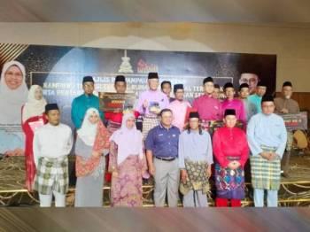 Amirudin menyampaikan hadiah kepada pemenang-pemenang dalam kategori yang dipertandingkan pada Majlis Anugerah Kampung Tradisi Terbaik Negeri Selangor 2019 bertempat di Hotel Accapella, Seksyen 13 di sini hari ini.