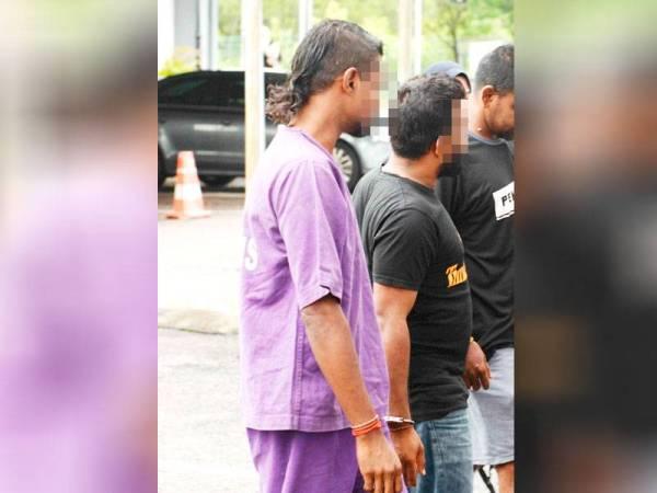 Tertuduh pertama, Kathiresan dibawa dari lokap PDRM ke Kompleks Mahkamah Sungai Petani.