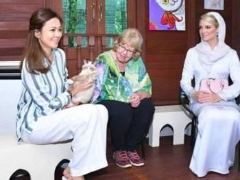 Tengku Permaisuri Norashikin (kiri) menerima kunjungan Cik Puan Sofie (kanan) di teratak kucing, Casa De Cat Shah Alam, Selangor. - Foto ihsan Selangor Royal Office