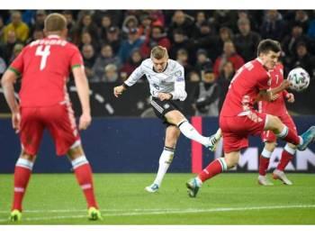 Kroos melakukan rembatan sambil cuba dihalang pemain pelawat Stanislav Dragun pada aksi di Moenchengladbach awal pagi tadi. Foto: AFP