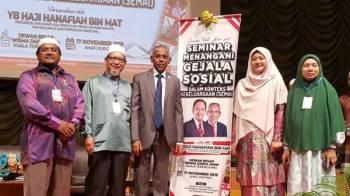 Hanafiah (tengah) ketika merasmikan Seminar Menangani Gejala Sosial Dalam Konteks Kekeluargaan (SEMAI) di Kuala Terengganu hari ini.