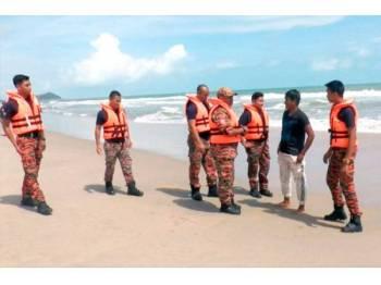 Anggota daripada Jabatan Bomba dan Penyelamat Marang melakukan rondaan di sepanjang pantai Rusila dan Rhu Dua hari ini.