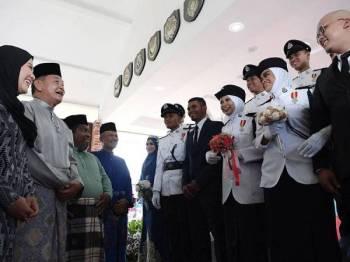 Abdul Hamid (dua dari kiri) dan isteri Puan Sri Norazrin Marzuki (kiri) beramah mesra dengan sebahagian pengantin yang terdiri daripada anggota polis pada majlis Walimatul Urus Polis Diraja Malaysia di Dewan Pengaman Pulapol Kuala Lumpur hari ini. - Foto Bernama