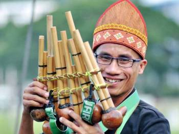 Rio dari Kampung Timbou menjadikan permainan alat muzik tradisional sebagai sumber rezeki sejak 2012. - Foto Bernama