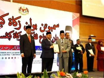 Syeikh Zakaria (tiga dari kiri) menerima anugerah disampaikan Mujahid pada Majlis Sambutan Bulan Zakat Kebangsaan 2019 dan Ijtimak Penggerak Zakat Kebangsaan di Alor Setar baru-baru ini.