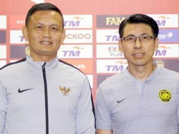 Cheng Hoe (kanan) bergambar bersama jurulatih sementara skuad Indonesia Yeyen Tumena selepas sidang media menjelang aksi Kelayakan Piala Dunia 2022/Piala Asia 2023, Malaysia menentang Indonesia di Stadium Nasional Bukit Jalil hari ini.