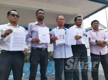 Mokhtar (tiga dari kiri) ditemani Faiz (dua dari kiri), Ketua Angkatan Muda Keadilan (AMK) Seremban, Husnul Hafiz Abu bakar (dua dari kanan) dan Penyelaras Dewan Undangan Negeri (DUN) Sikamat, Fakhrul Radzi Md Zin (kiri) membuat laporan polis di IPD Daerah Seremban jam 8 pagi tadi.