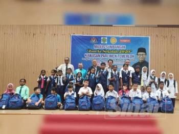 Sebahagian murid yang penerima sumbangan peralatan persekolahan yang disumbangkan Yayasan Taqwa bersama Ahmad Tarmizi dan Zabidi sempena majlis tersebut.