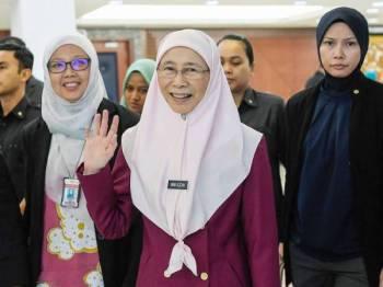 Timbalan Perdana Menteri, Datuk Seri Dr Wan Azizah Wan Ismail melambaikan tangan kepada pengamal media ketika hadir pada Persidangan Dewan Rakyat di Parlimen hari ini. - Foto Bernama