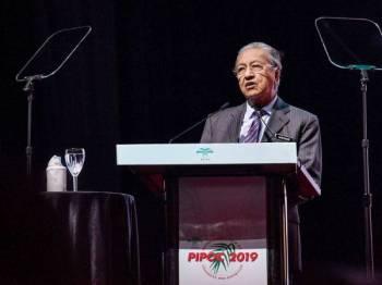 Perdana Menteri, Tun Dr Mahathir Mohamad ketika menyampaikan ucapan pada Kongres dan Pameran Minyak Sawit Antarabangsa (PIPOC) 2019 anjuran Lembaga Minyak Sawit Malaysia (MPOB), di sini hari ini. - Foto Bernama