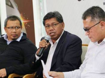 Kamarulzaman memberi penjelasan mengenai masalah sistem jualan tiket KTMB pada sidang media di Kuala Lumpur.