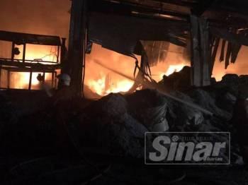 Sebuah kilang berhampiran Wisma Kastam Pelabuhan Klang terbakar petang tadi.