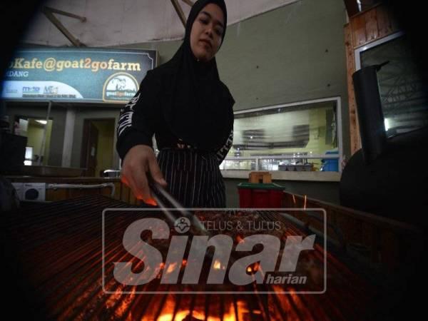 HIDANGAN popular juga berasaskan daging kambing di G2G Techno Cafe.