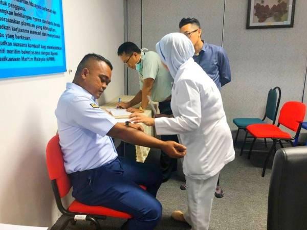 Anggota APMM Tok Bali menjalani pemeriksaan lanjut dengan pegawai perubatan.