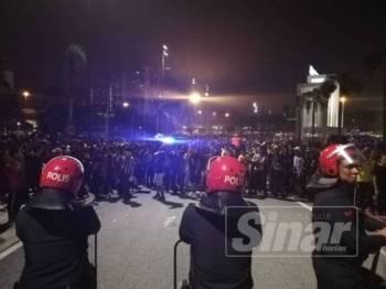Tindakan pihak berkuasa berjaya menenangkan keadaan dan meminta penyokong Malaysia supaya bersurai. - Foto Sinar Harian ZAHID IZZANI