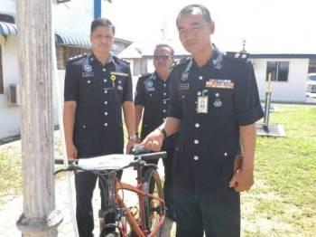 Nor Azmi (kanan) bersama pegawainya menunjukkan barangan dirampas pada sidang akhbar di IPD Sabak Bernam di sini hari ini.