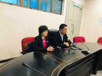Teo Kok Seong (kanan) pada sidang media di Wisma Negeri hari ini. Turut kelihatan Exco Kebajikan Wanita, Keluarga dan Masyarakat, Nicole Tan.