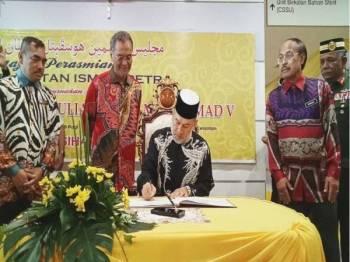 Dzulkefly (dua dari kiri) menyaksikan Sultan Muhammad V ketika berkenan menandatangani buku pelawat di Hospital Sultan Ismail Petra hari ini.