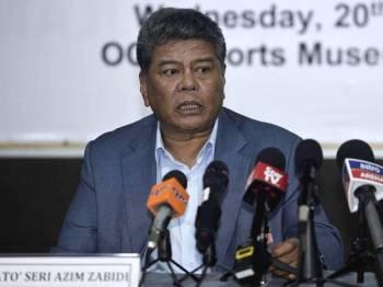Timbalan Presiden Majlis Olimpik Malaysia (MOM) Datuk Seri Azim Zabidi bercakap ketika sidang akhbar pada majlis penyerahan tajaan kepada kontinjen Malaysia ke Sukan SEA Filipina 2019 hari ini.- Foto Bernama