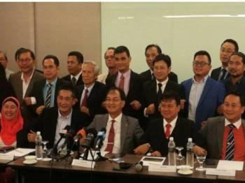 Baru (duduk, tengah) menyatakan pendirian PKR Sarawak membatalkan konvensyen negeri itu pada sidang media hari ini.