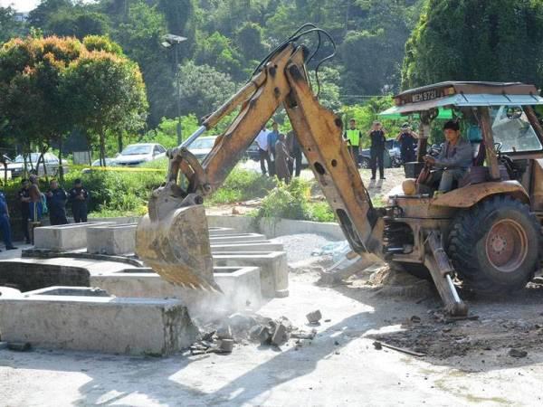 Tab mandi yang dibina di Kolam Air Panas Selayang dirobohkan atas faktor keselamatan pengunjung kerana tidak mengikut spesifikasi. - Foto MPS