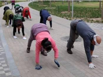 Merangkak dengan tangan dan kaki merupakan gaya senaman baharu di China.
