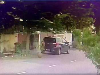 Tindak-tanduk suspek yang memecah rumah seorang pengurus di Jalan PJS9/18 Bandar Sunway di sini, kelmarin.