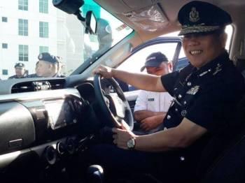 Muhammad Azlee turut melihat dan mencuba kenderaan Toyota Hilux yang diserahkan kepada 16 balai di seluruh Kedah.