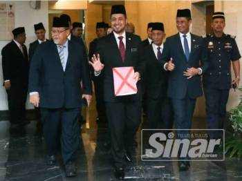 Sahruddin (tengah) ketika membawa embargo belanjawan negeri di sini hari ini.