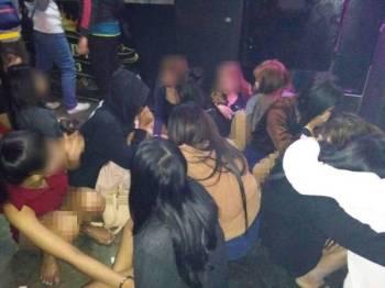 Sebahagian pelayan warga asing yang diperiksa oleh Imigresen Kedah di sebuah pusat hiburan di Pekan Kuah pagi tadi.