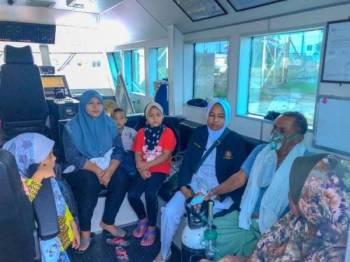 APMM Kelantan melakukan pelayaran ihsan membawa seorang warga emas dan bayi dari Pulau Perhentian untuk menjalani rawatan segera di Klinik Kesihatan Besut. - Foto: APMM Kelantan