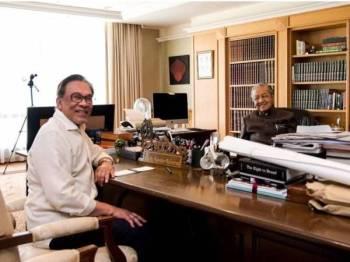 Anwar mengadakan pertemuan dengan Dr Mahathir selama 30 minit di Yayasan Kepimpinan Perdana, Putrajaya di sini hari ini.