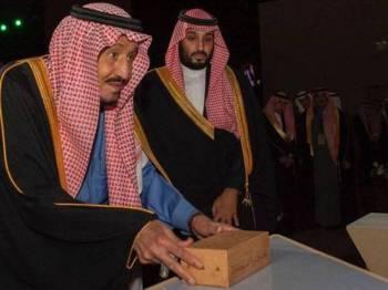 Raja Salman (kiri) meletakkan batu asas sebagai tanda untuk memulakan projek Diriyah Gate. - Foto Agensi