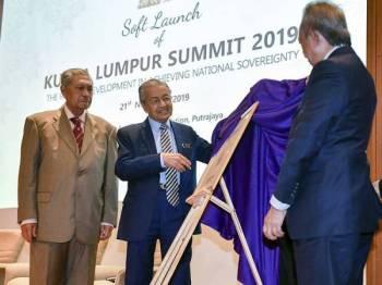 Dr Mahathir yang juga Pengerusi Sidang Kemuncak Kuala Lumpur 2019 merasmikan prapelancaran sidang kemuncak itu di Yayasan Kepimpinan Perdana hari ini. - Foto Bernama